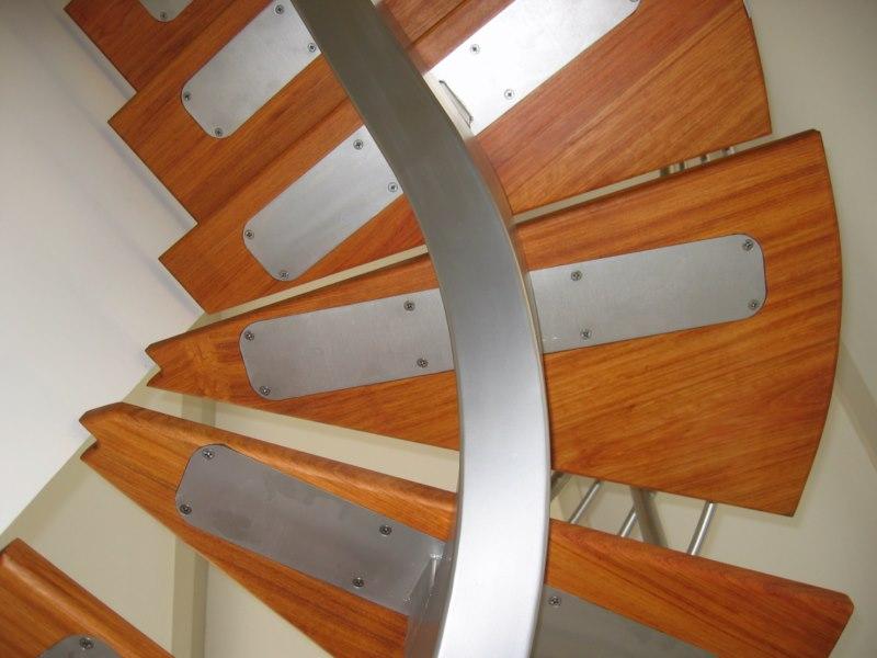 Création Dun Escalier Débillardé En Bois Et Metal à Aix En Provence